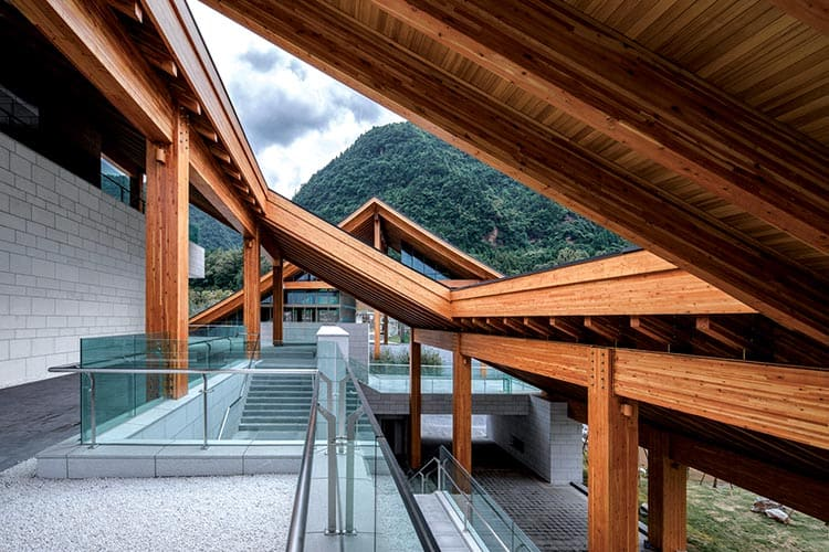 Designers of the Chongqing Yunshan Art Gallery used the strength and beauty of Douglas Fir throughout the building to design a modern structure that is also based on traditional Chinese architectural design.